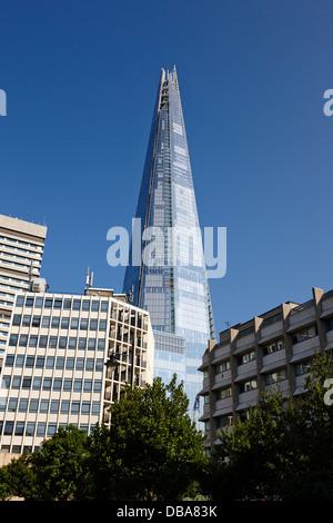 der Shard Gebäude überragt lokalen Gebäude in Southwark, London England UK - Stockfoto