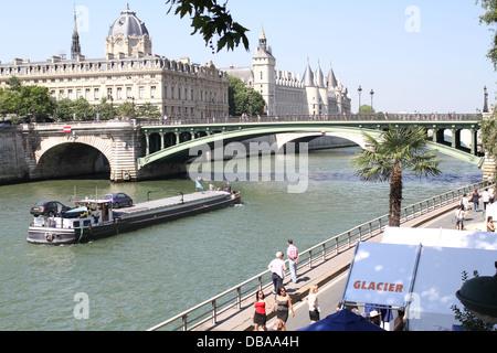 Ein Boot auf der Seine Annäherung an Pont Notre-Dame in Paris, Frankreich. Auf der Suche nach Südwesten - Stockfoto