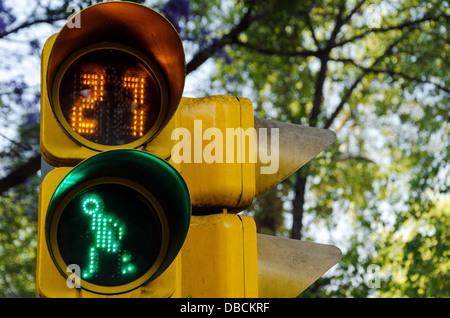Ein Fußgängerüberweg Signal in Mexiko-Stadt, die zeigen, dass es in Ordnung, die Straße überqueren - Stockfoto