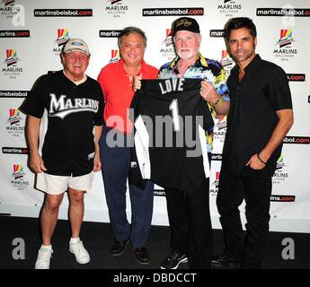 Bruce Johnston, Besitzer der Florida Marlins Jeffery Loria, Mike Love und John Stamos die Beach Boys mit special - Stockfoto