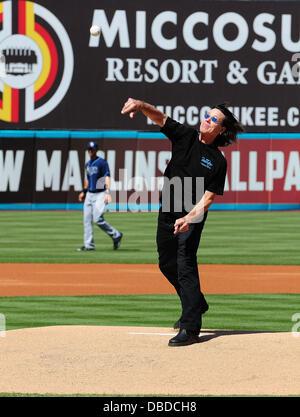 John Cowsill wirft ersten Pitch an der Florida Marlins vs Tampa Bay Rays Spiel The Beach Boys mit special Guest - Stockfoto