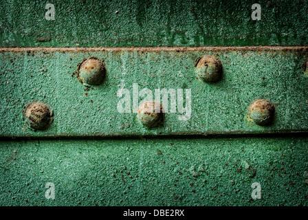 Grüner Rost abblätternde farbe rost und nieten textur alte metall garagentor