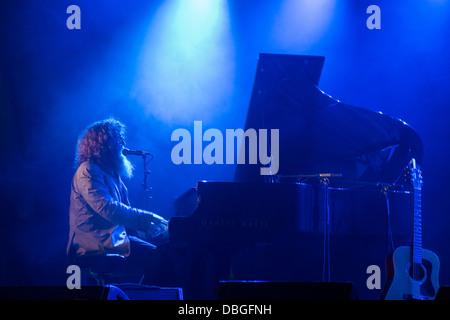 Kanadischer Sänger Ben Caplan singt und spielt Klavier auf der Bühne beim Konzert - Stockfoto