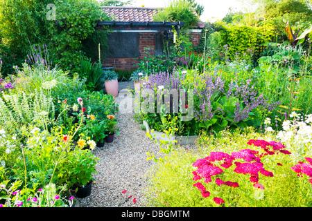 typische englische garten pflanzen blumen weg durch bogen torbogen stockfoto bild 58759581 alamy. Black Bedroom Furniture Sets. Home Design Ideas