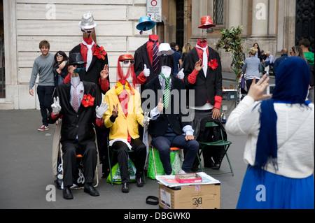Eine Gruppe von sechs comic Straßenkünstler unterhalten, Touristen und Einheimische in Rom, Italien. - Stockfoto