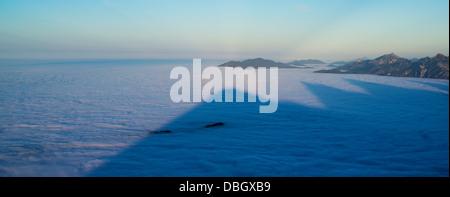 Brocken Spectre und Berg Schatten auf Inversion Schicht Nebel, vom Gipfel des Breitenberg, Allgäu, Deutschland - Stockfoto