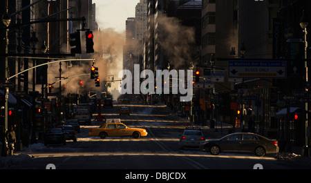 Ein Taxi ist gesehen Kreuzung Madison Avenue bei Sonnenaufgang in New York, NY, USA, 10. Februar 2013. (Adrien Veczan) - Stockfoto