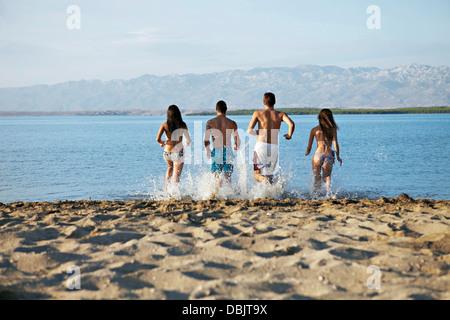 Gruppe von Menschen am Strand - Stockfoto