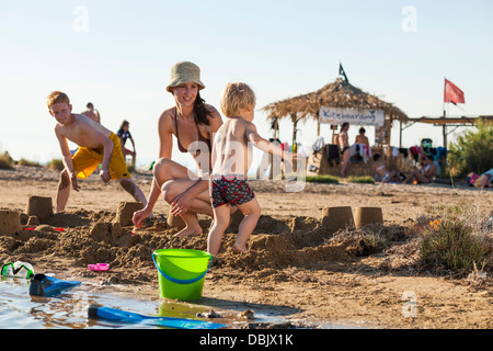 Kroatien, Dalmatien, Mutter mit Söhnen am Strand Hintergrund Menschen - Stockfoto