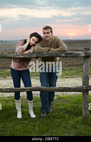 Junges Paar stützte sich auf Holzzaun, Baranja, Kroatien, Europa - Stockfoto