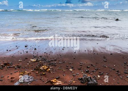 Kaihalulu Red Sand Beach in der Nähe des Dorfes Hana auf der berühmten Straße nach Hana auf der Insel Maui in Hawaii. - Stockfoto