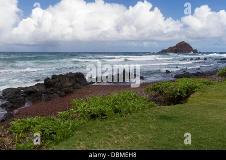 Kaihalulu Red Sand Beach auf der Insel Maui in Hawaii. - Stockfoto