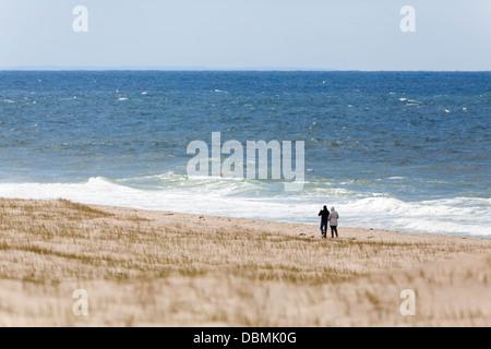 Ein paar Wandern und das Meer Ufer sandigen Strand spazieren. - Stockfoto
