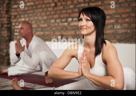 Paar praktizieren Yoga - Stockfoto