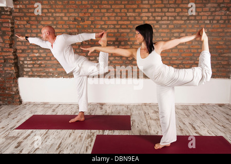 Paar In Yoga-Pose - Stockfoto