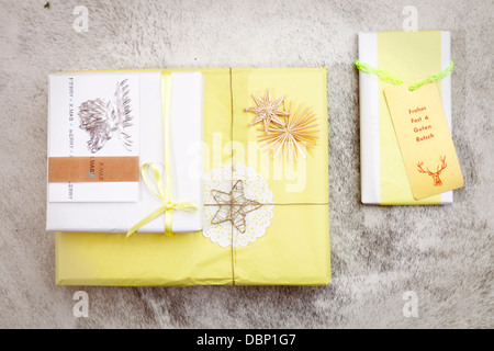 weihnachtsgeschenk oder vorhandenen boxen in kraftpapier verpackt stockfoto bild 166837227 alamy. Black Bedroom Furniture Sets. Home Design Ideas