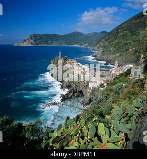 Blick auf das Dorf von Vernazza, UNESCO-Weltkulturerbe, Ligurien Cinque Terre, Italien, Mittelmeer, Europa - Stockfoto