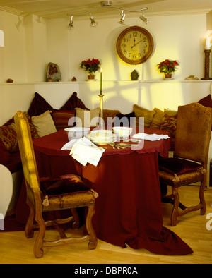 ... Tisch Mit Rotem Tuch Und Gepolsterten Stühlen Im Rustikalen Speisesaal  Mit Kreisförmigen Tuch Oben Bankett