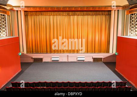 Eine zentrale Sicht auf den Bildschirm und Bühne Bereich, aufgenommen vom Kreis Balkon eine traditionelle Art Deco - Stockfoto