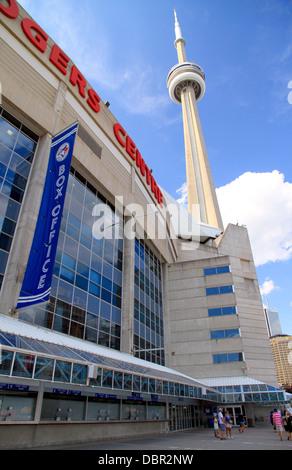 Das Rogers Centre und der CN Tower in Toronto, Kanada - Stockfoto