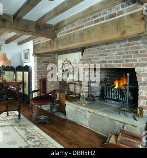 Brennende Feuer In Großen Gemauerten Kamin Im Wohnzimmer Im Tudor