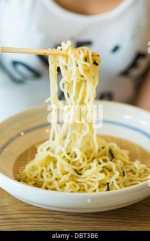 Kalte Nudeln mit traditionellen japanischen Zaru Soba Sauce Dippen - Stockfoto
