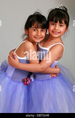 niedliche kleine Mädchen Ballerinas in Lavendel Kostüme lächelnd - Stockfoto