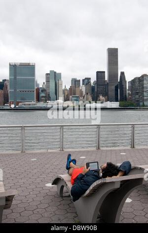 Leute fanden den Weg nach Long Island City Waterfornt Park Minuten nach Polizei links, obwohl der Park nach Hurrikan - Stockfoto