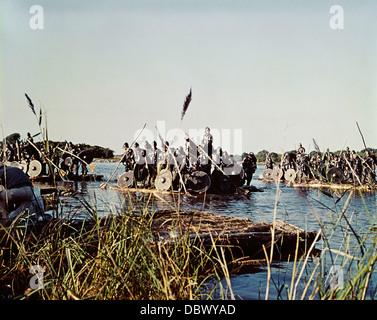 1960S 1969 FILM ALFRED DER GROßE BIOPIC DES 9. JAHRHUNDERT KRIEGER ÜBER FLUSS SCHWIMMENDE AUF FLÖßEN - Stockfoto