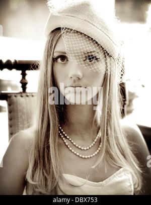 Ein Jahrgang 1920 ist Foto von einer blonden Frau in eleganten Perlen und eine verschleierte Hut inspiriert. - Stockfoto