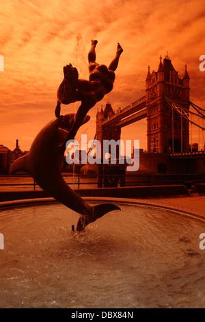 Mädchen mit A Delphinbrunnen und der Tower Bridge im Hintergrund, London, UK - Stockfoto