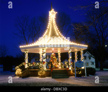 GESCHMÜCKTER WEIHNACHTSBAUM IN EINEM PAVILLON MIT CHRISTMAS LIGHTS OXFORD MA - Stockfoto