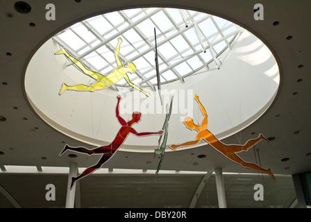 Hängen Sie bunte Skulpturen in Toronto Airport (YYZ) bestehend aus fünf fliegende männlichen Figuren.  Öffentliche - Stockfoto