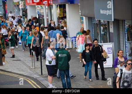 Shopping-Fans und Torists auf der belebten Hauptstraße in Brighton East Sussex England UK - Stockfoto