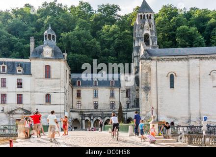 Menschen rund um den Eingang der Abtei und Glockenturm, in der Ortschaft Brantôme, in der Dordogne im Südwesten - Stockfoto