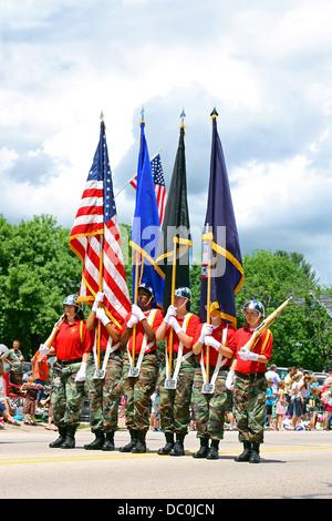 Junge Frauen aus Fort McCoy National Guard Herausforderung Academy halten Flaggen bei einer Parade in West Salem, - Stockfoto