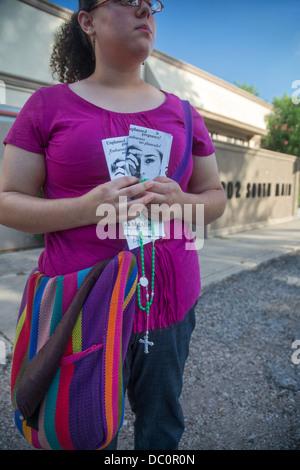 McAllen, Texas - Anti-Abtreibungs-Aktivist Erika Salazar betet außen ganze Frauengesundheit, einer Abtreibungsklinik. - Stockfoto