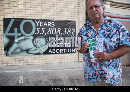 McAllen, Texas - Anti-Abtreibungs-Aktivist Rene Lizcano hält Anti-Abtreibungs-Flyer außerhalb ganze Frauengesundheit, - Stockfoto