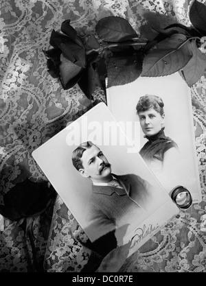 STILLLEBEN DER 1800ER FOTOS MANN UND FRAU SPITZE HINTERGRUND MIT ROSEN HOCHZEIT RINGE - Stockfoto