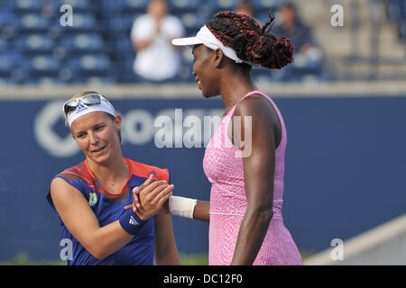 Toronto, Ontario, Kanada. 6. August 2013. Toronto, Ontario, Kanada, 6. August 2013. Venus Williams (USA) gratuliert - Stockfoto