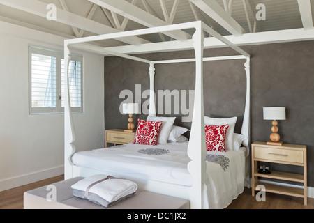 Himmelbett In Modernen Schlafzimmer · Himmelbett In Luxus Schlafzimmer    Stockfoto