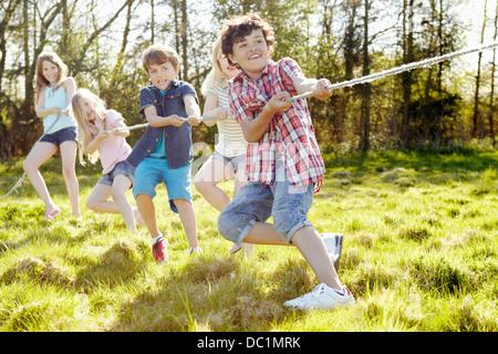 Gruppe von Kleinkindern Schlepper o Krieg spielen - Stockfoto