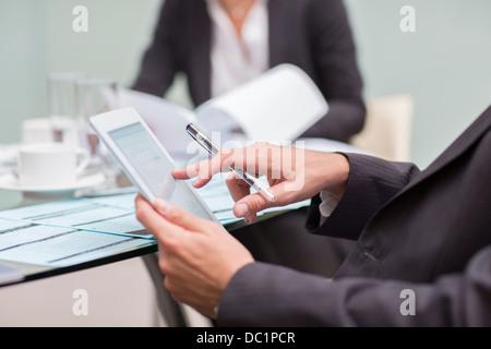 Nahaufnahme von Geschäftsmann mit digital-Tablette in treffen - Stockfoto