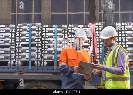 Lagerarbeiter, LKW Ladung überprüfen - Stockfoto