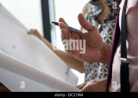 Bürokollegen hält Pläne in treffen, Nahaufnahme - Stockfoto