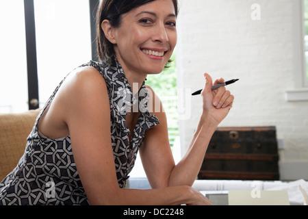 Reife Frau im Büro, Lächeln, Porträt - Stockfoto