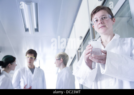 Chemie-Studenten mit Becher in Labor, Porträt - Stockfoto