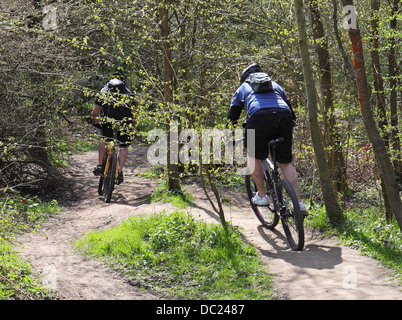 Zwei männliche Radfahrer auf einem englischen ländlichen Weg - Stockfoto