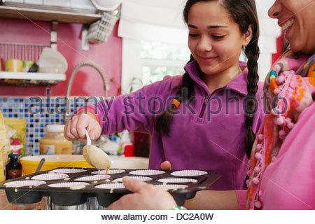 Mutter und Tochter machen cupcakes - Stockfoto