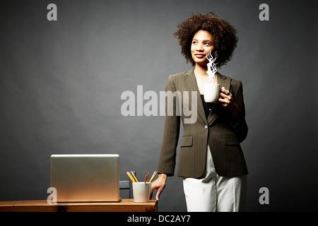 Frau mit Tasse dampfenden Heißgetränk - Stockfoto